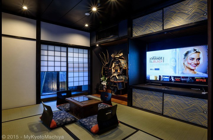 The living room with the large screen HD TV (with Netflix) hidden in the closet. The  garden is behind the Yukimi shôji.