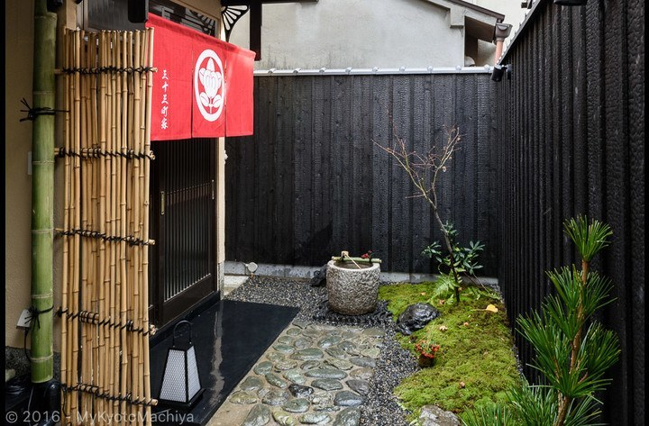 The entrance with the traditional Japanese garden
