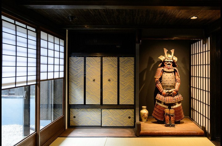 The living room with Samurai Kevin in the Tokonoma (alcove), the garden on the left. A large screen TV is hidden behind the Fusuma doors.