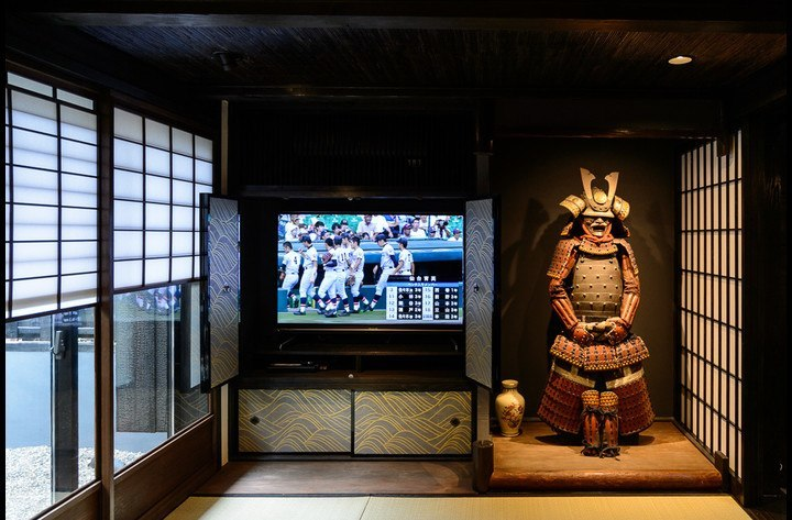 The living room with Samurai Kevin in the Tokonoma (alcove), the garden on the left. The large screen TV with BD player is located behind the Fusuma doors.