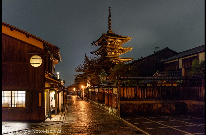 The Yasaka Pagoda by night. Located in the middle of a preserved area, a mere 10 min away from the house.