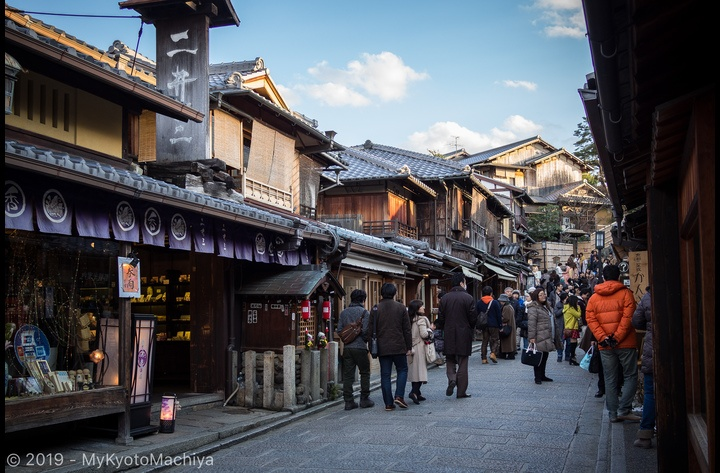 The Ninnenzaka area is a preserved area where you'll walk around among boutiques and coffee shops where very little has changed for centuries. This area is only 10-12 min away from the house.