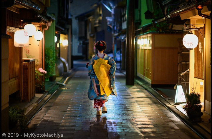 Discover and stroll around the timeless world of the geisha, the Hanamachi or flower town, just around the corner from the house.