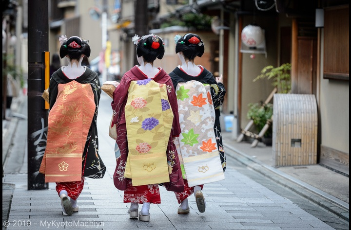Living around one of Kyoto Hanamachi, Flower Town or Geisha District, is a unique experience. Around Miyagawa-Cho, a group of maiko (apprentice geisha) on their way to their evening engagement.