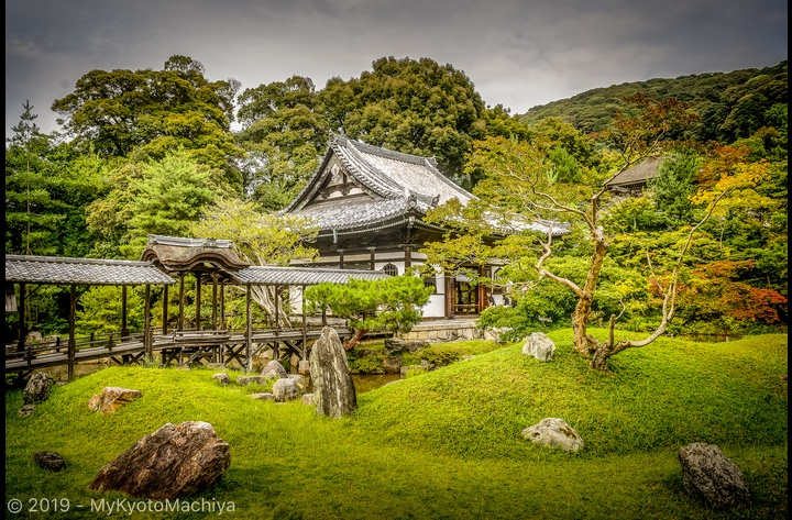 Kodai-ji Temple is one of the finest temples in the Southern Higashiyama area.  View of the garden designed by Japan's most famous garden designers (Kobori Enshu).