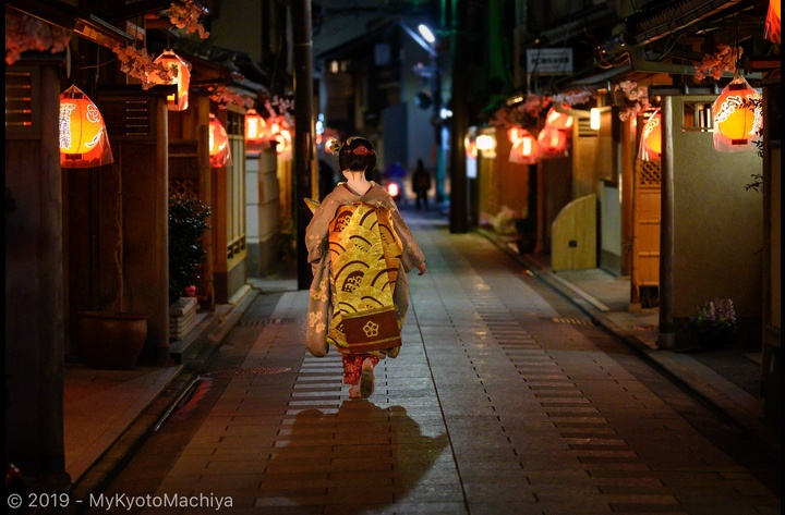 Living around one of Kyoto Hanamachi, Flower Town or Geisha District, is a unique experience. By night, the atmosphere around Miyagawa-Cho is pure magic. Here, a maiko (apprentice geisha) returning from her evening engagement.